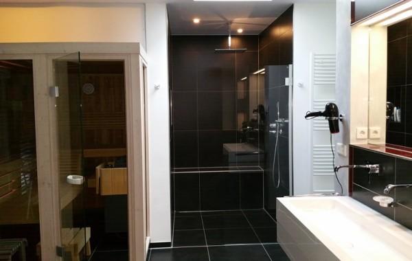 Ebenerdig begehbare Dusche (135 x 135 cm)