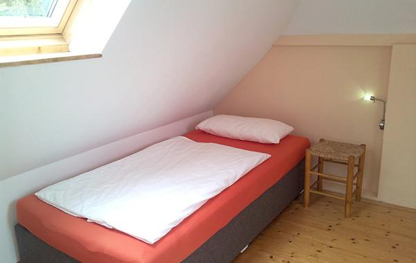 Schlafzimmer 2 mit Boxspringbett links