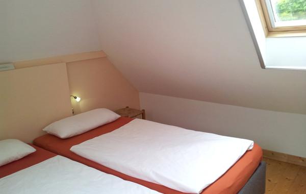 Schlafzimmer 2 mit zusammen geschobenen Betten